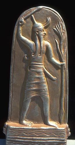 Стела с изображением Баала   Рас-Шамра, бывший Угарит   XIV-XIII века до н.э   Песчанник   Высота 1,42 м Баал (Ваал) .... - Изображение 1