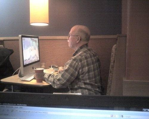 Представьте себе, вы сидите в кафе за ноутбуком и пьете, ну, предположим, кофе. Поднимаете взгляд от экрана и вас бу .... - Изображение 1
