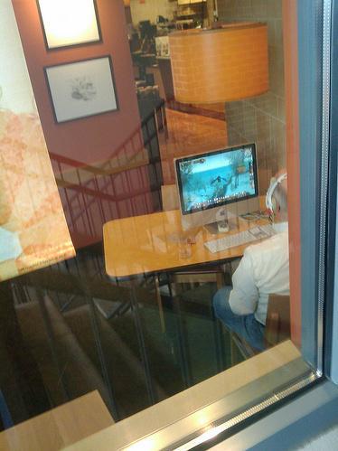 Представьте себе, вы сидите в кафе за ноутбуком и пьете, ну, предположим, кофе. Поднимаете взгляд от экрана и вас бу .... - Изображение 2