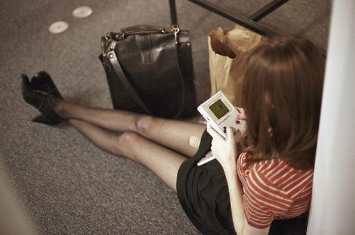 Это случайное фото, сделанное случайным человеком в апреле 2011.  В руках у девушки — GameBoy образца апреля 1989 го ... - Изображение 1