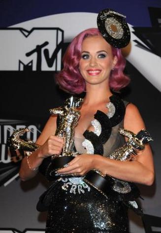 """Кэти Перри стала абсолютной фавориткой VMA в этом году. Она выиграла главный приз """"Видео года"""" за клип на песню Fire ... - Изображение 1"""
