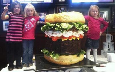 Любимое блюдо американцев, увеличенное до небывалых размеров, было с гордостью выставлено на продажу в закусочной за ... - Изображение 1