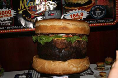 Любимое блюдо американцев, увеличенное до небывалых размеров, было с гордостью выставлено на продажу в закусочной за ... - Изображение 2