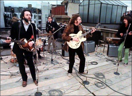 30 января 1969 года в Лондоне, на крыше дома №3 на Savile Row, в котором находился офис звукозаписывающей компании h ... - Изображение 1