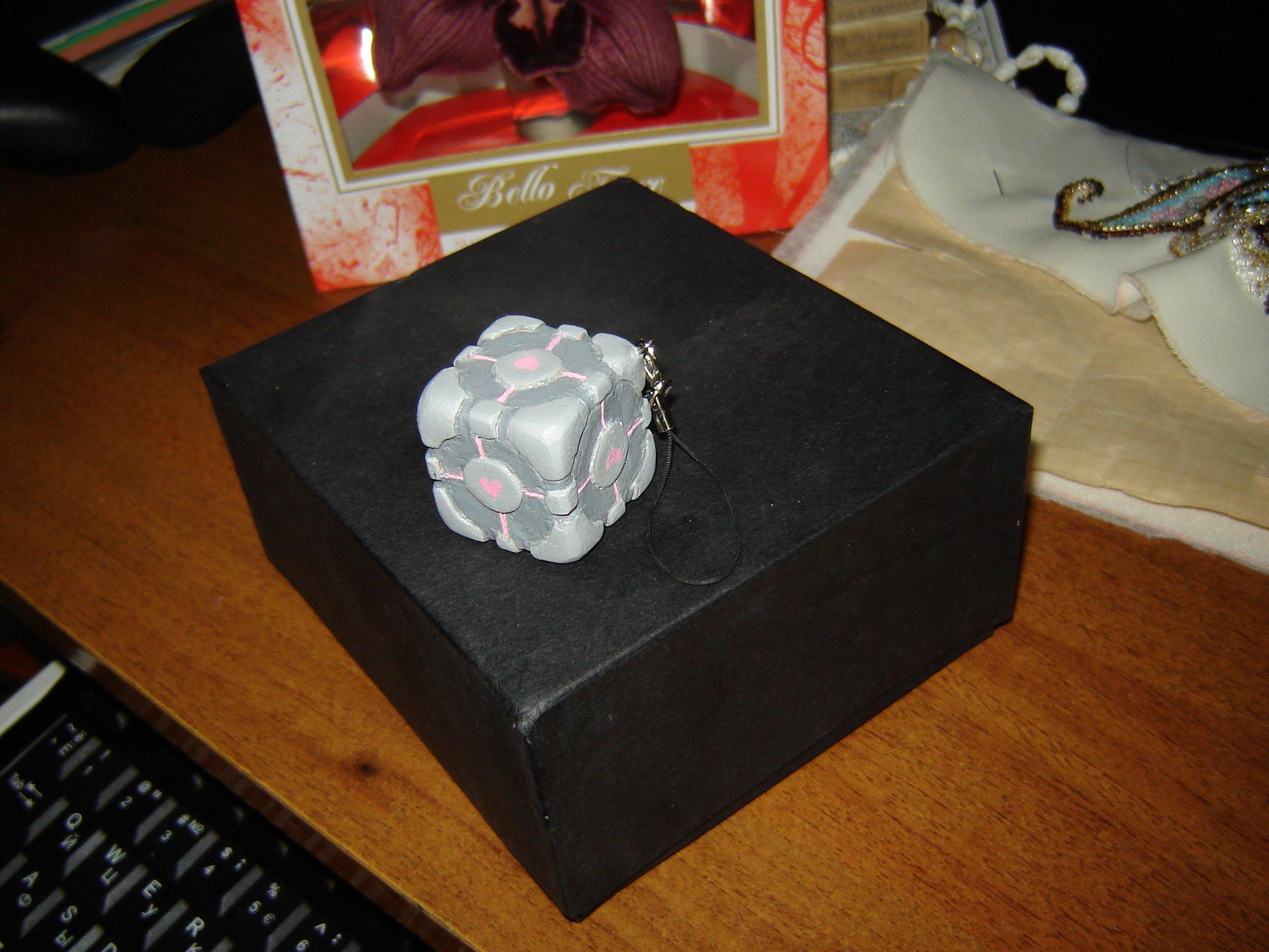 Как-то молодой человек попросил меня сделать ему из глины куб-компаньон из Portal. Лежал он на антресолях довольно д ... - Изображение 1