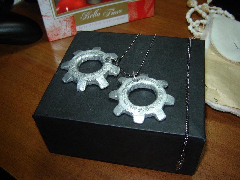 Сделала к 23 февраля своему любимому подарок - жетоны-шестерни из Gears of War. Из полимерной глины, покрытые алюмин ... - Изображение 2