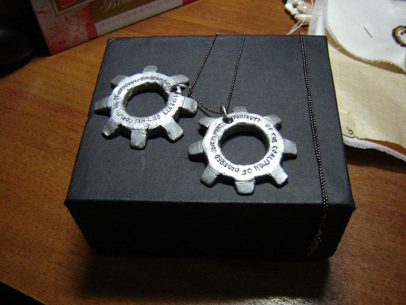 Сделала к 23 февраля своему любимому подарок - жетоны-шестерни из Gears of War. Из полимерной глины, покрытые алюмин ... - Изображение 1