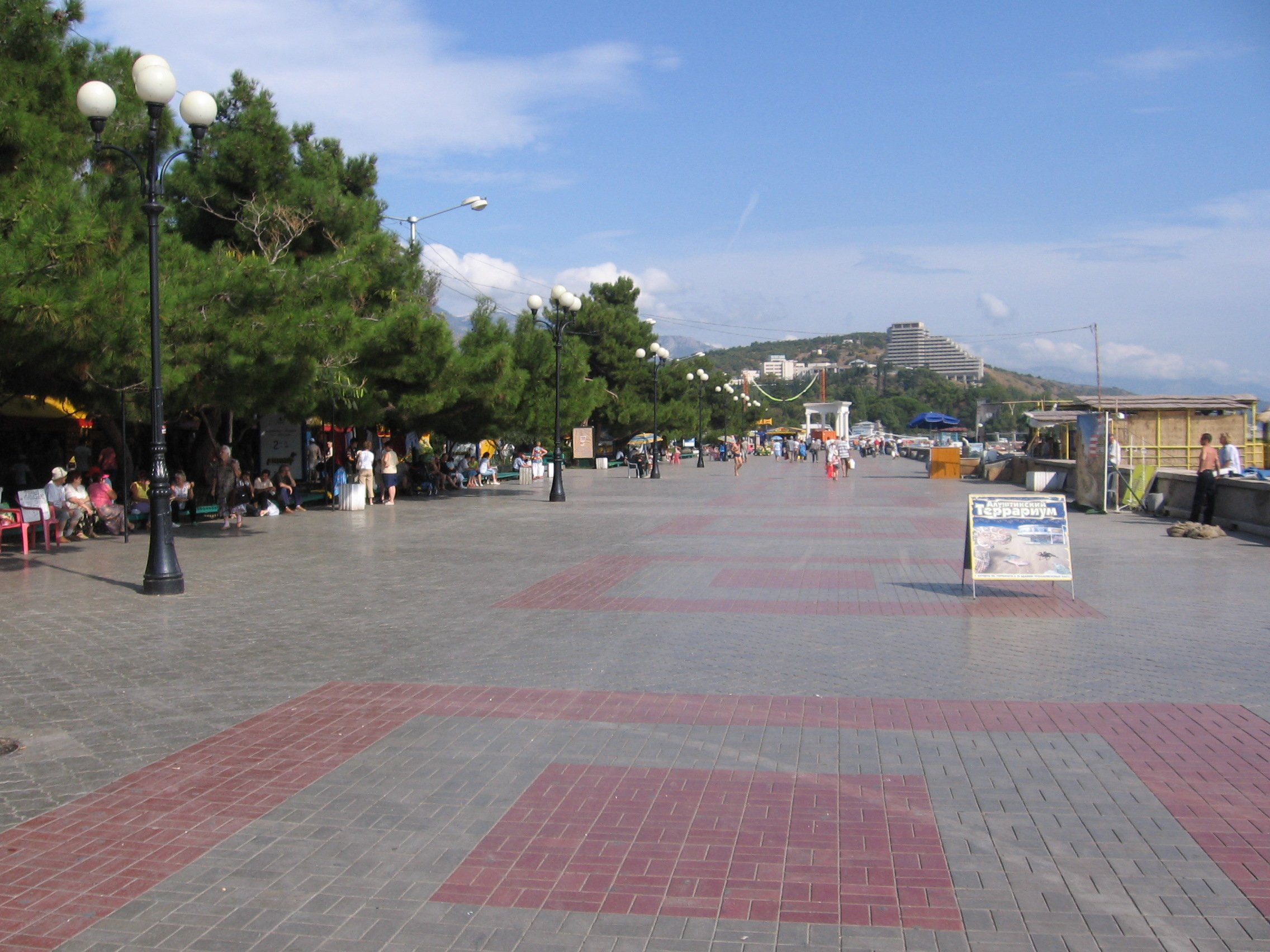 На дворе лето. Я неспешно прогуливаюсь по набережной Алушты: солнце обдает жаром, повсюду обгоревшие туристы, шум во ... - Изображение 2
