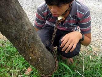 В столице Камбоджи Пномпене:  водитель такси, по совместительству отец, посадил своего 13-летнего сына на цепь.  Как ... - Изображение 1