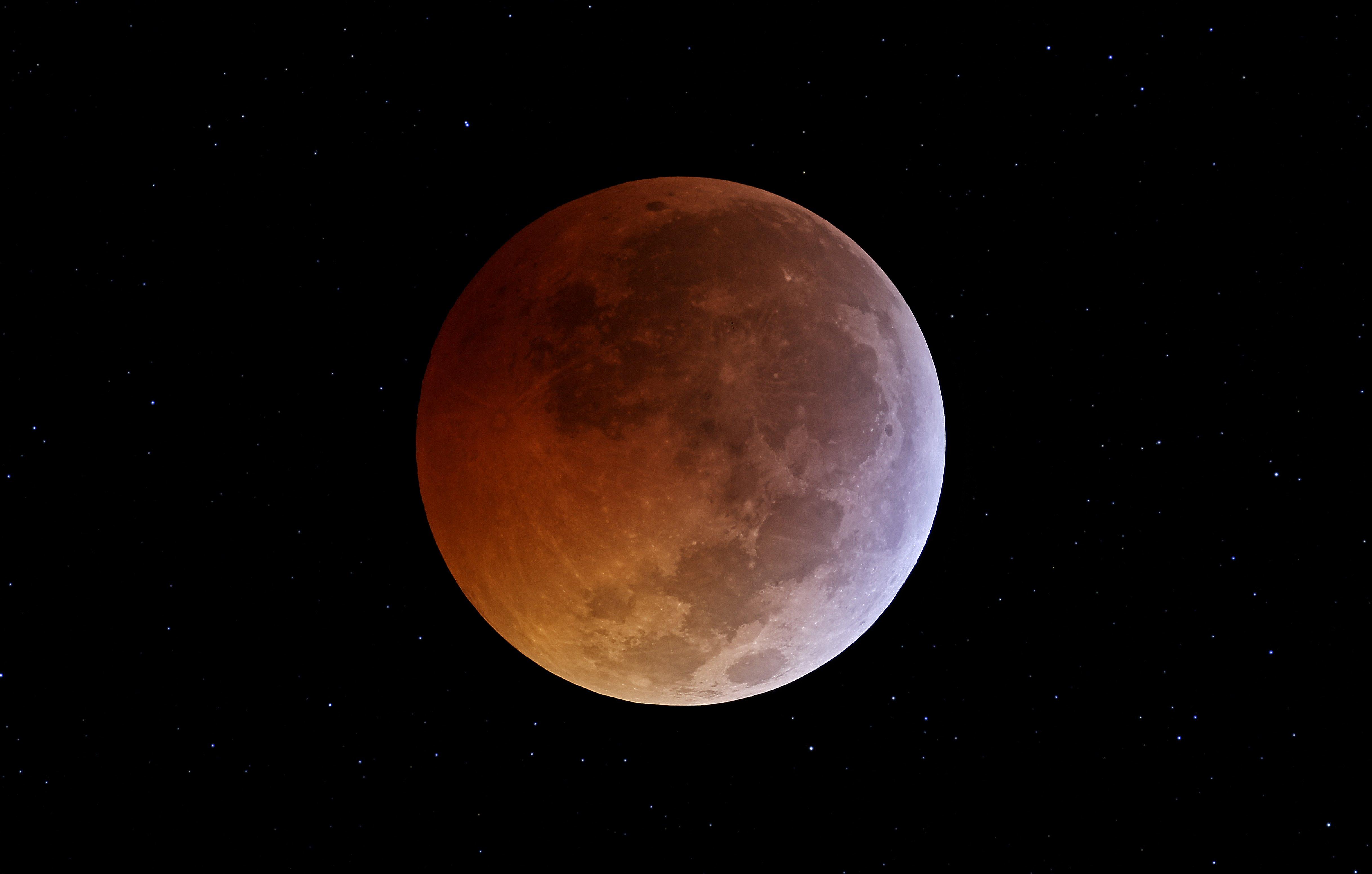 В данный момент происходит последнее в этом году лунное затмение. Оно достигнет своего пика приблизительно через 1 ... - Изображение 1