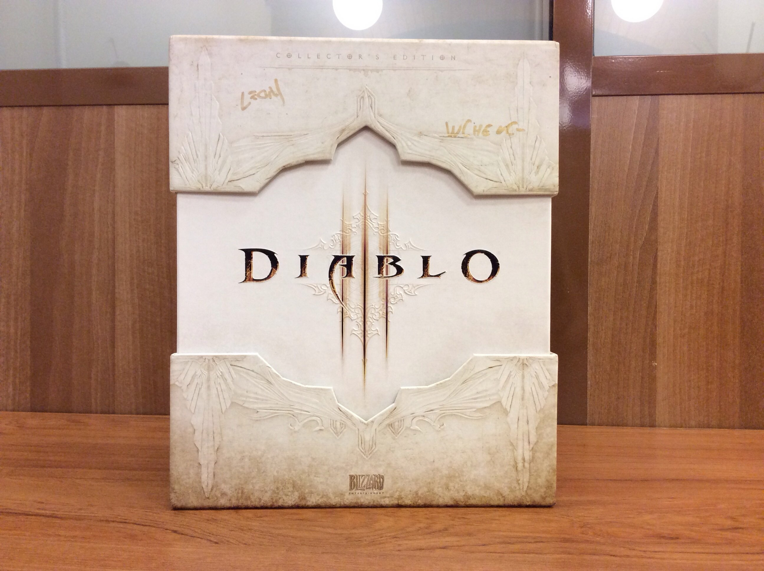 Коллекционке Diablo с автографами Уайатта Ченга (старший технический гейм-дизайнер) и Леонарда Боярского (ведущий  ... - Изображение 1