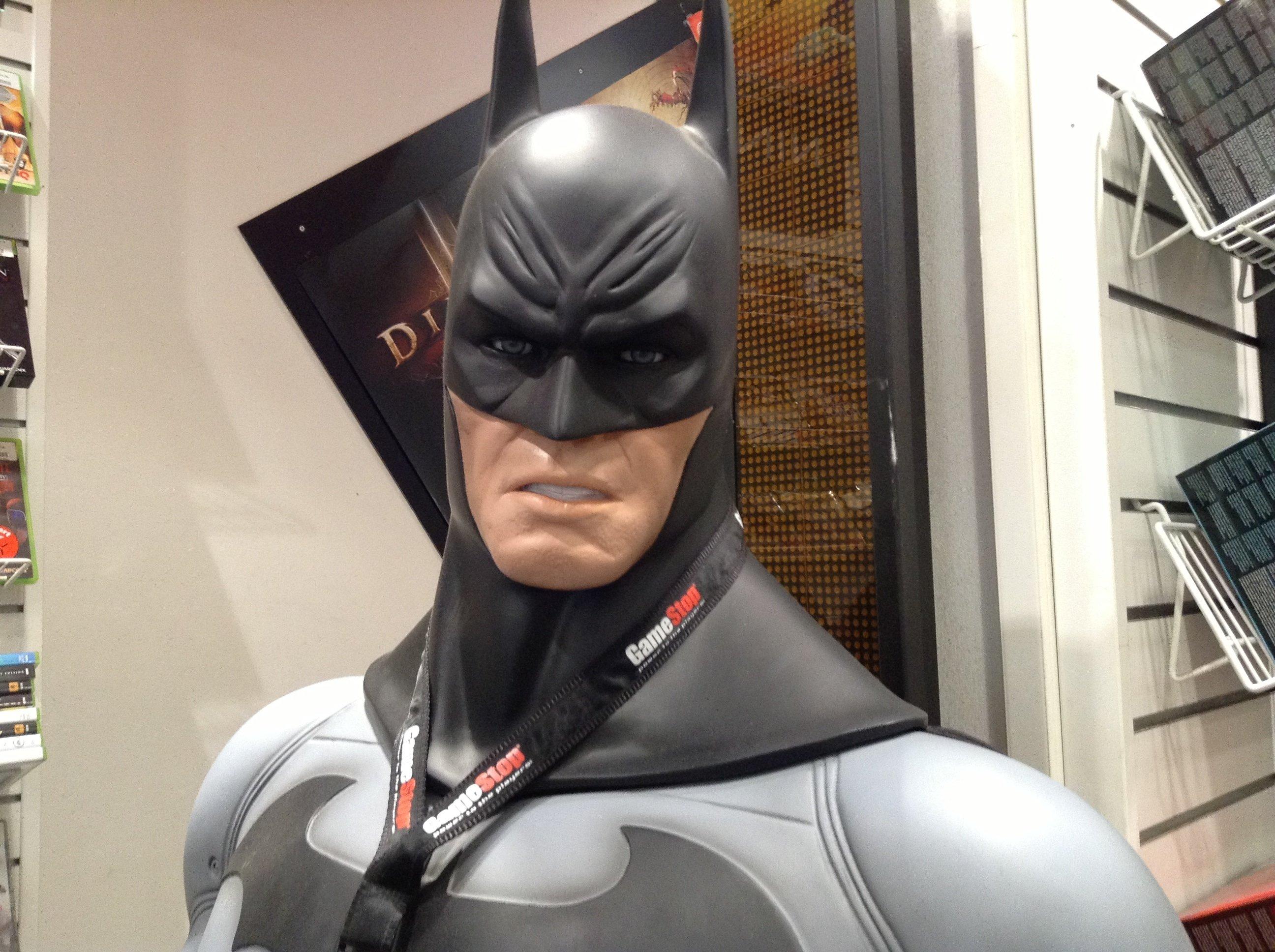 Бэтман из Кельнского GameStop смотрит на нас как тот Ведьмак с E3 - Изображение 1