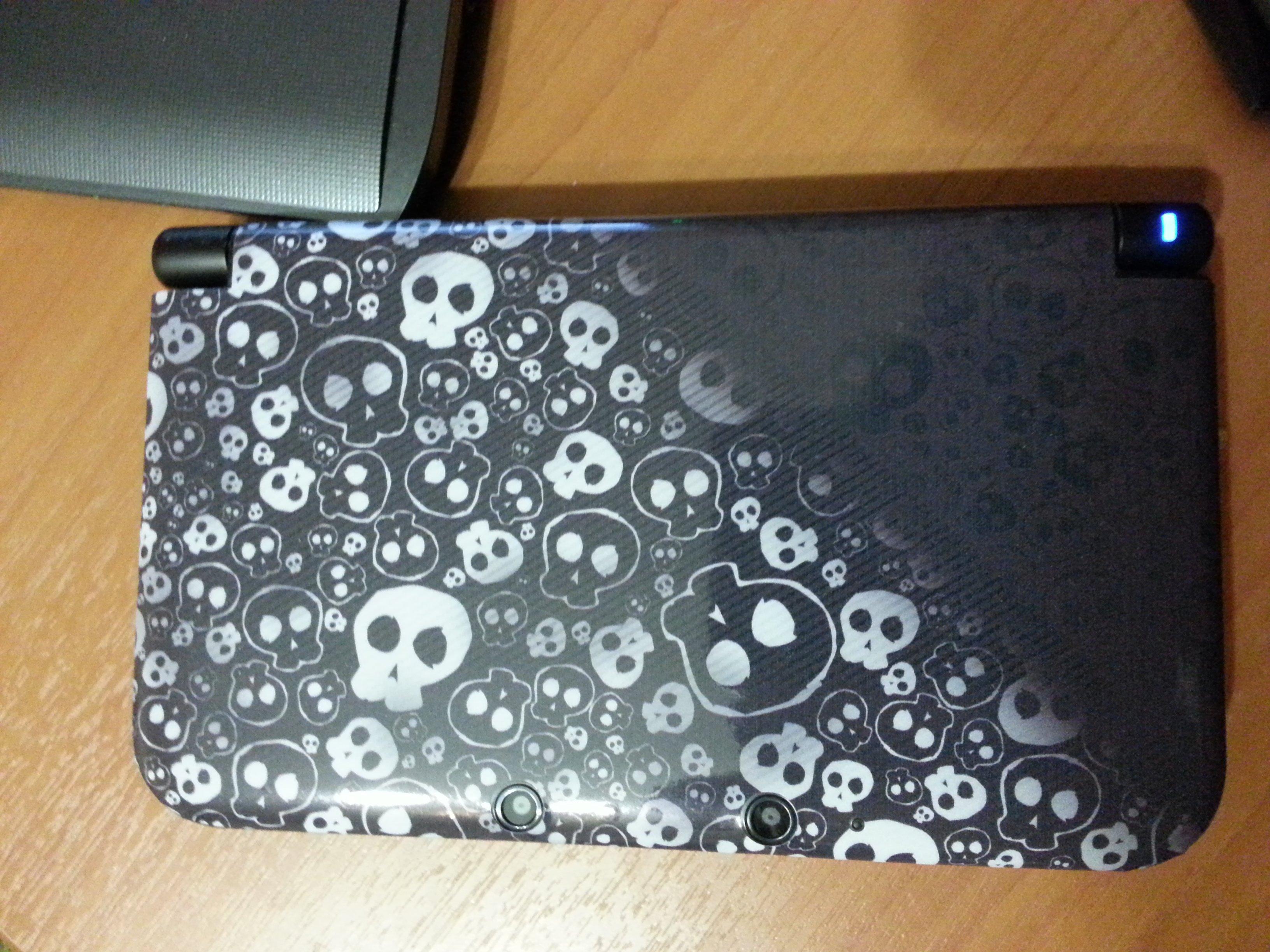 """Пластик у 3DS легко царапается и обильно """"потеет"""" от рук. Как вариант, винил. Собственно, после первого же падения,  ... - Изображение 1"""