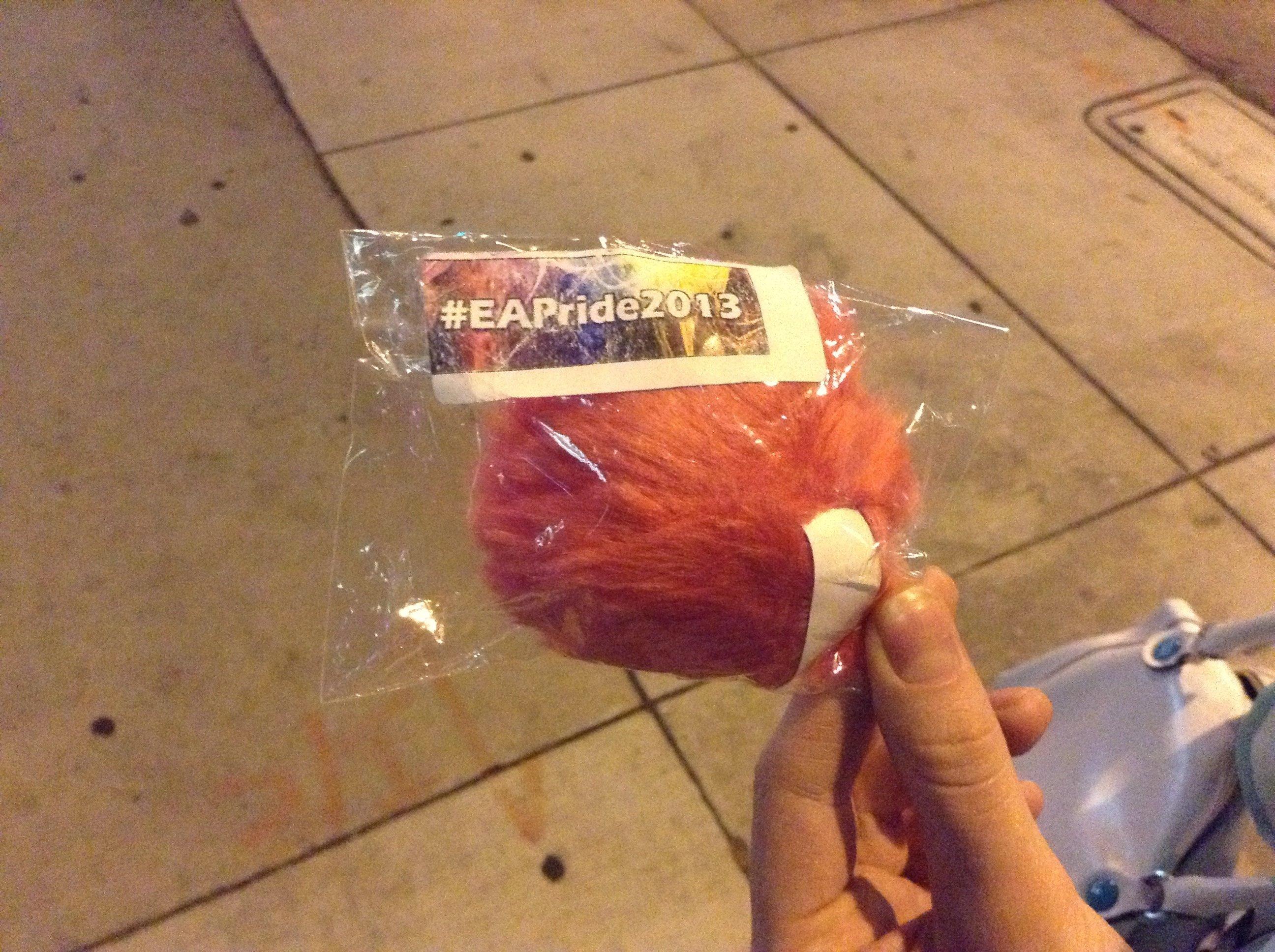 А, еще вот что! Не представляю, как это объяснить, но на вчерашнем гей-параде раздавали розовые волосатые предметы с ... - Изображение 1