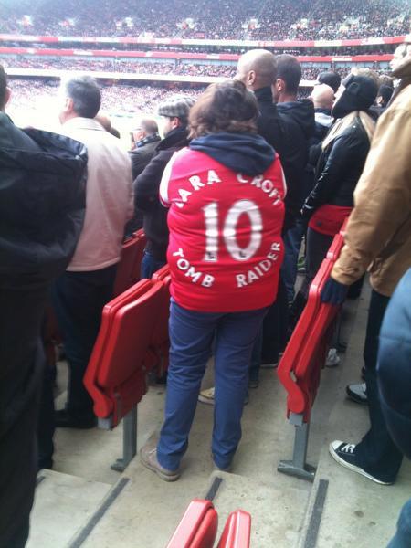 Тут недавно Лару на футбольном матче папарацци заметил...)  - Изображение 1