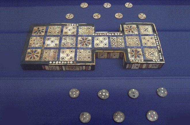 В Турции нашли настольную игру которой 5000 лет. Все в кластере было 49 фигурок разных цветов и форм, предполагают о .... - Изображение 2