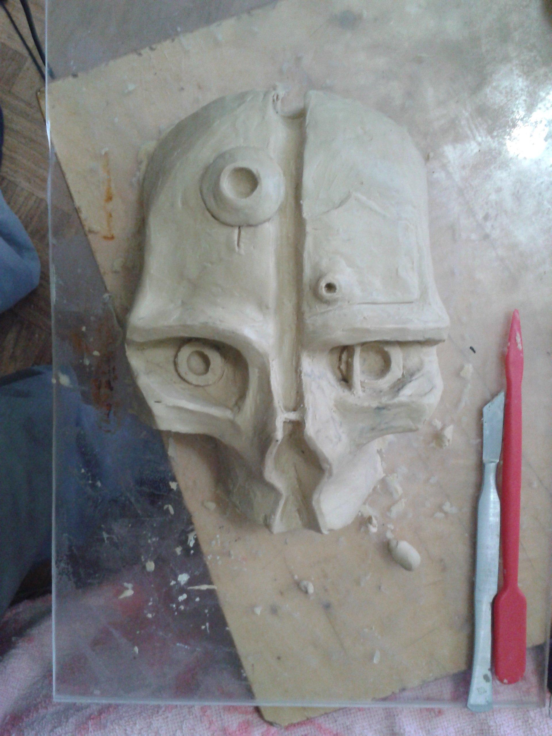 появилось немного свободного времени. Решил попробовать сделать маску Корво. Пока только черновой вариант из пластилина. - Изображение 1