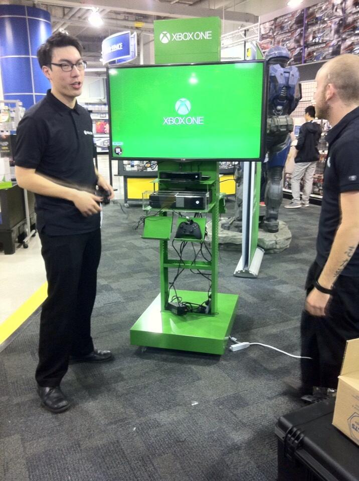 В сети появились фотографии демо-стендов Xbox One, которые появились в некоторых игровых магазинах Канады. - Изображение 1
