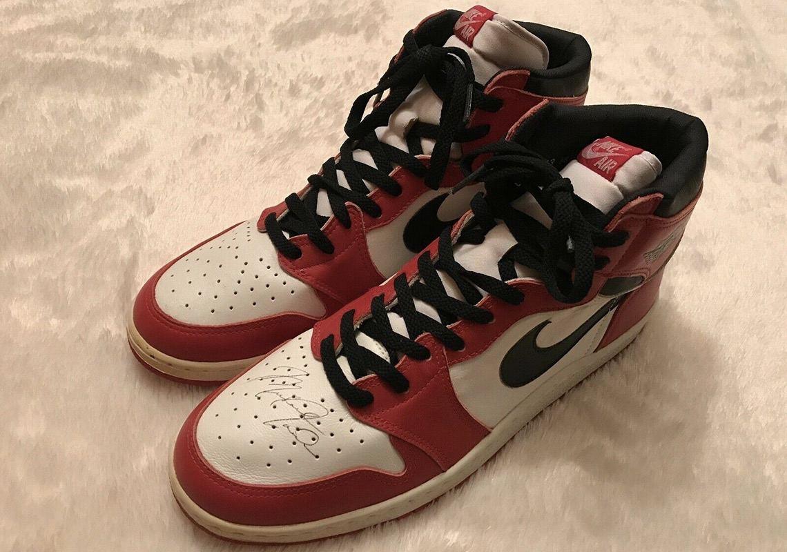 Кроссовки с автографом Майкла Джордана выставили на продажу за миллион долларов