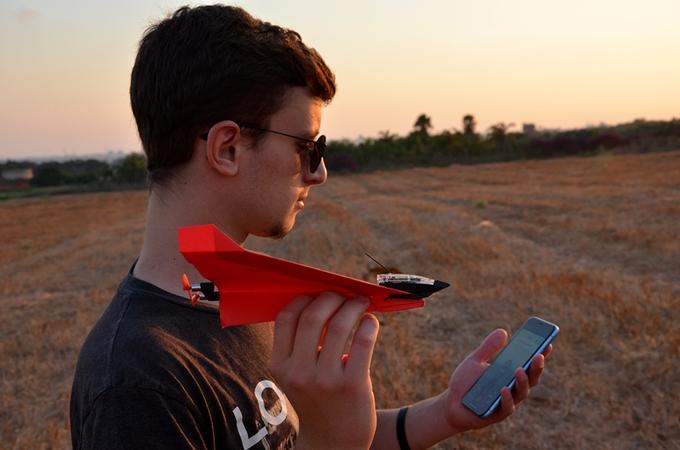 Назад вдетство по-новому: комплект бумажных самолетов PowerUp 4.0 управляется сосмартфона