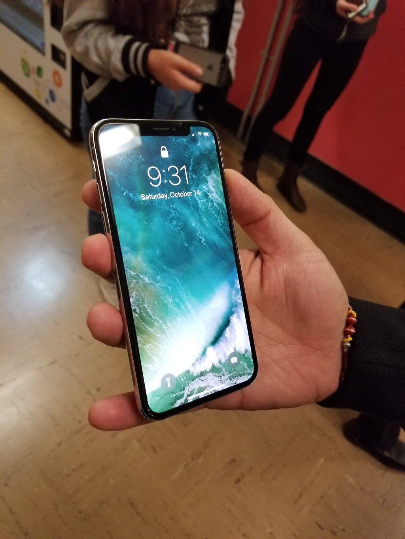 В Сан-Франциско все чаще замечают людей с iPhone X. Откуда они у них?