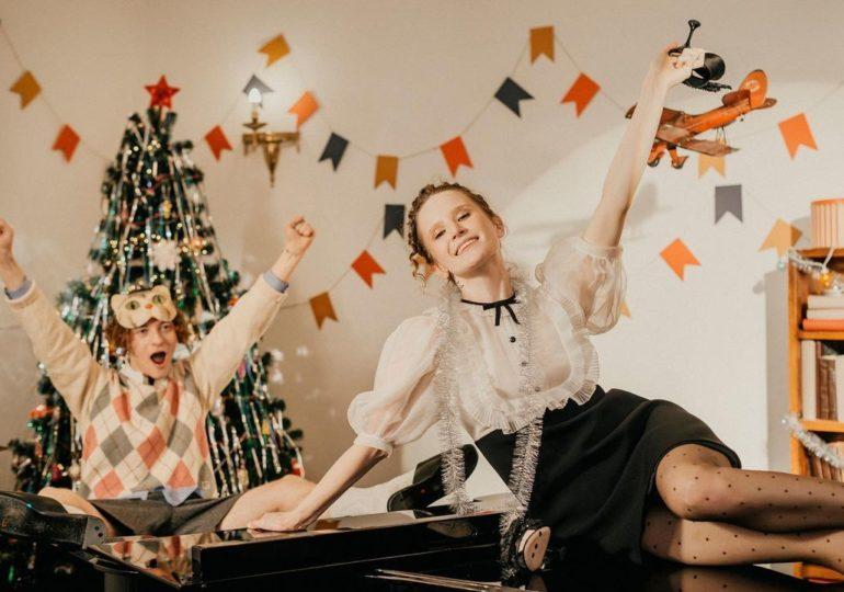 Монеточка иШарлот исполнили новогоднюю песню «Расскажи, Снегурочка» из«Ну, погоди!»