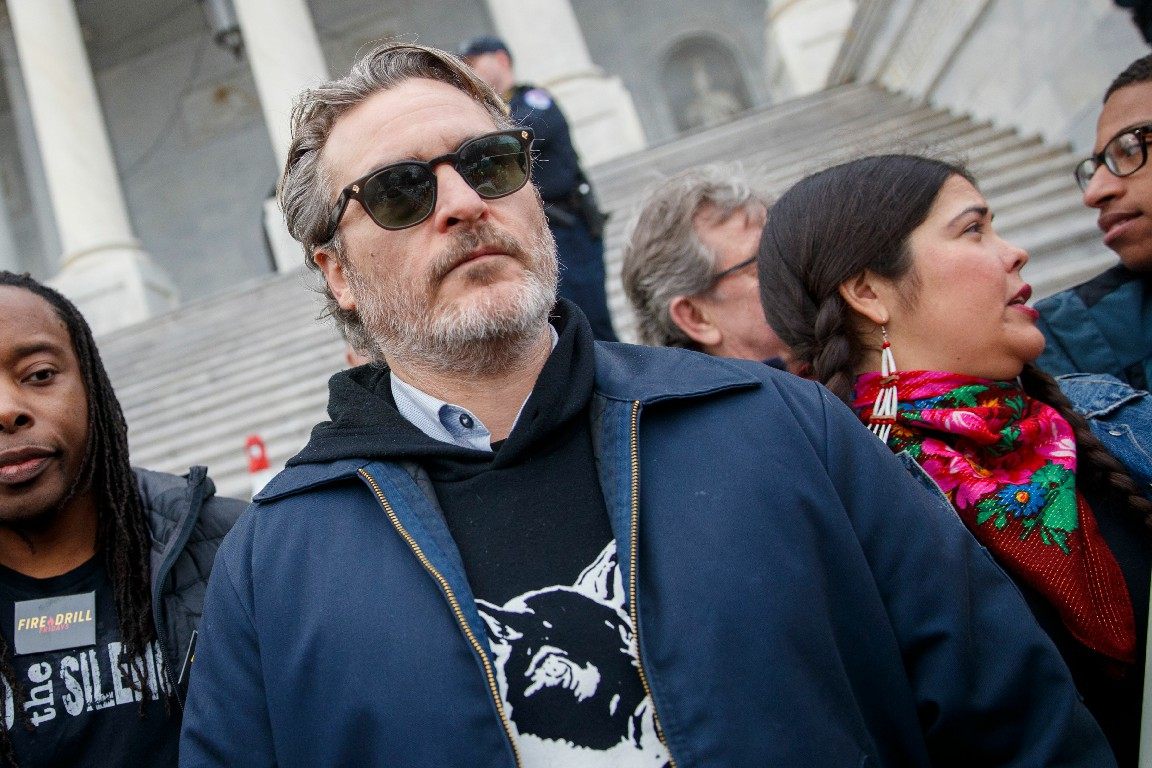 Хоакина Феникса арестовали вместе с Мартином Шином. Они протестовали против климатических изменений
