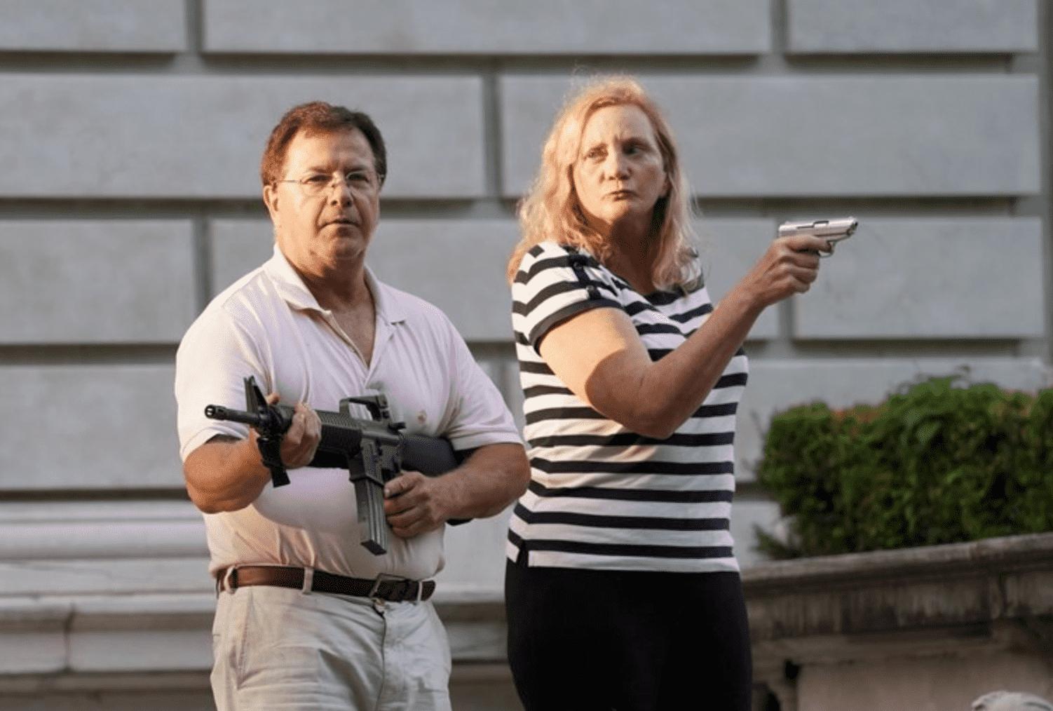 Пользователи Twitter представили пару, защищающую свой дом, вкачестве персонажей игр ифильмов