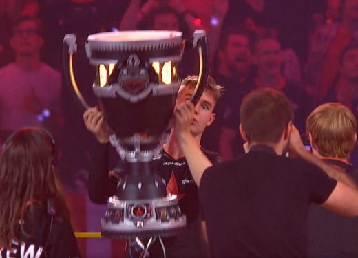 Чемпионский кубок «мейджора» поCS:GOразвалился вовремя фотосессии
