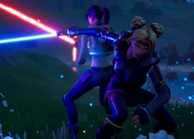 Игроки в Fortnite сбрасывают лут, чтобы сразиться на световых мечах