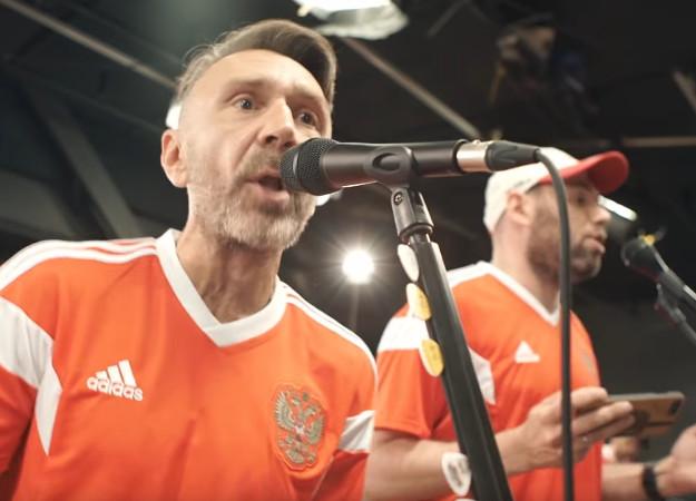 Семен Слепаков и«Ленинград» поддержали российскую сборную пофутболу песней «Чемпионы»