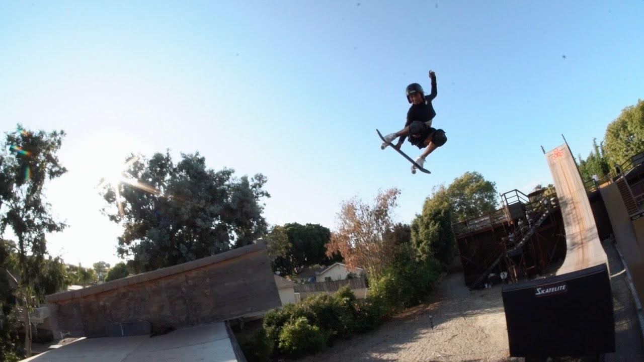 «Тысможешь, Скай»: Тони Хоук учит 12-летнюю скейтбордистку кататься наогромной рампе