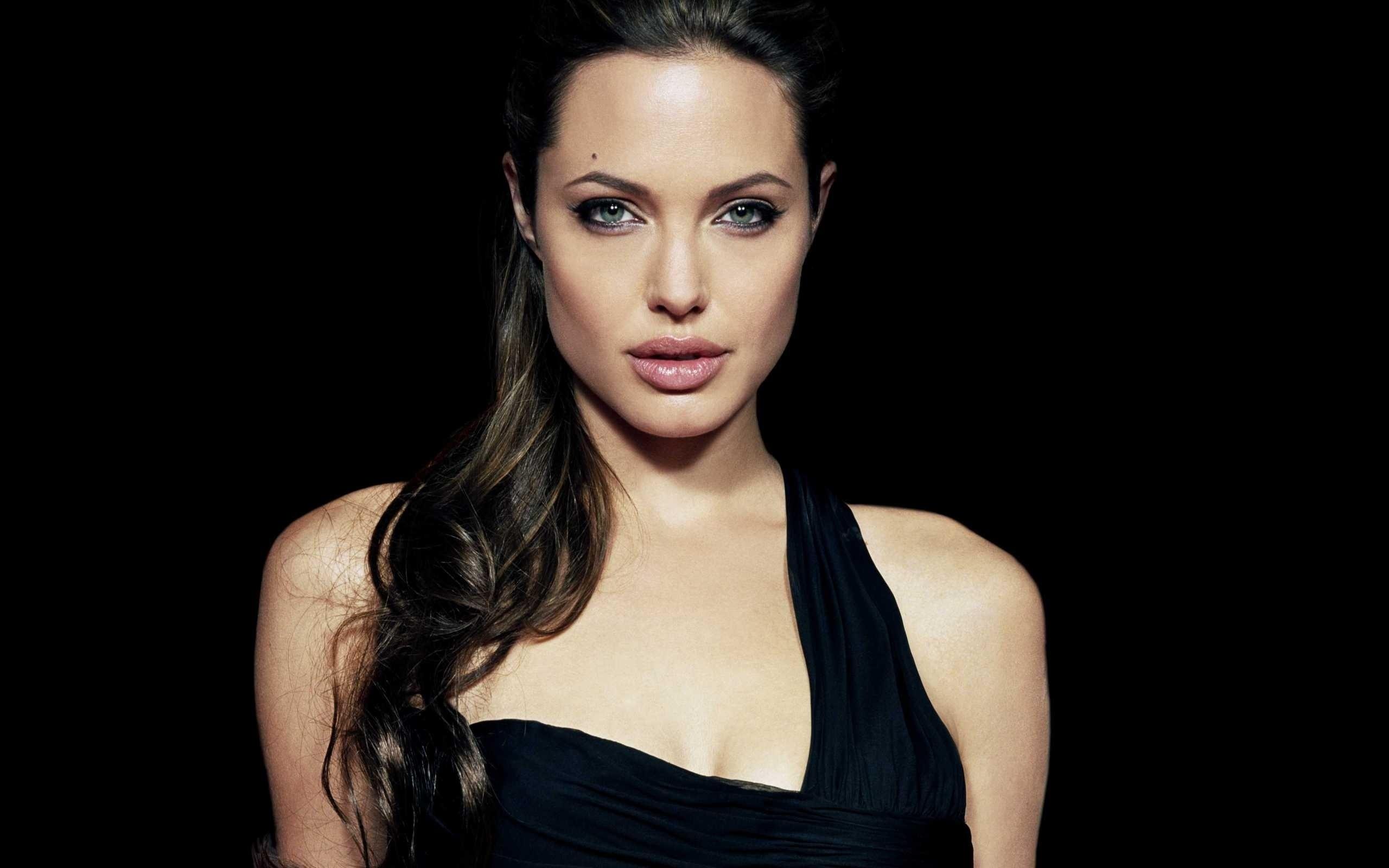 Анджелине Джоли— 45лет. Вспоминаем ее эффектные образы в кино