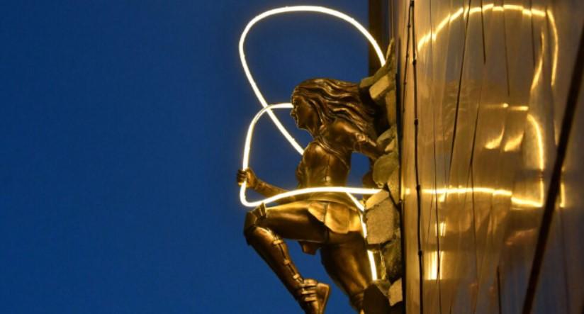 Галерея. Любуемся бронзовыми Чудо-женщиной, Бэтменом идругими киногероями влондонском Лестер-сквер
