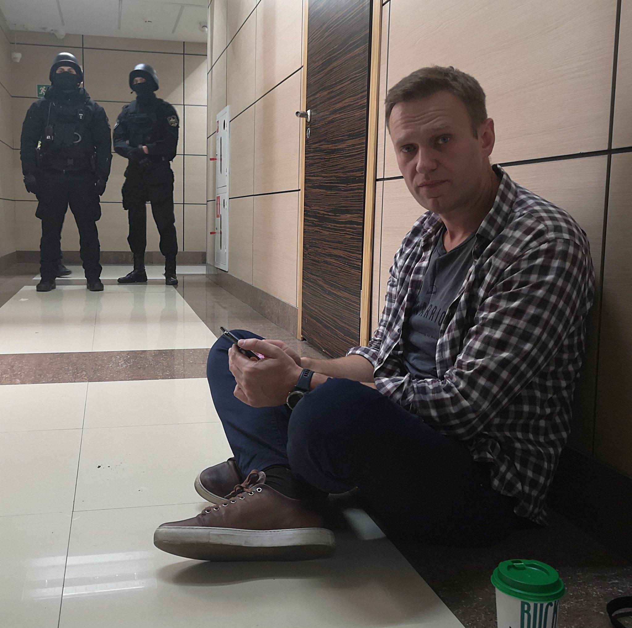 У ФБК забрали всю технику после обыска. Но Навальному вернули электронную книгу с «Ведьмаком»