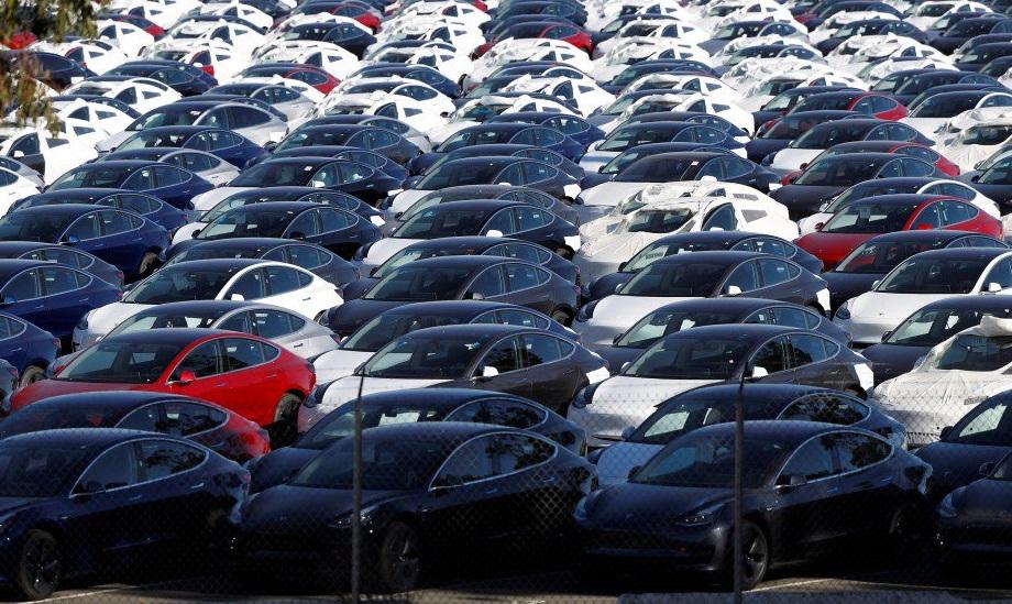 Обновление ПО автопарка Tesla наодной парковке напоминаетвторжение пришельцев
