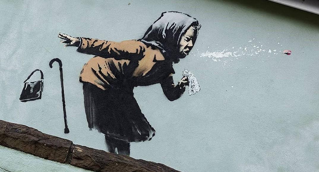 Бэнкси создал новое граффити счихающей старушкой