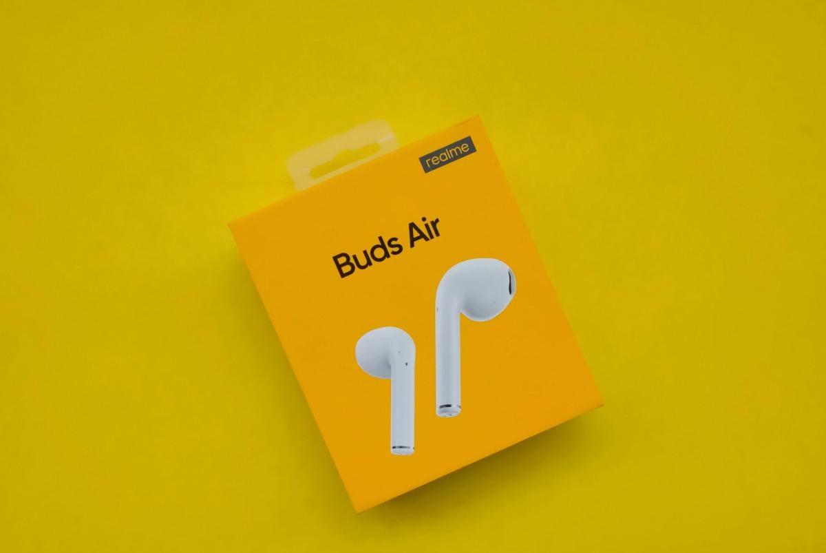 ВРоссии выходит еще один бюджетный клон Airpods— TWS-наушники Realme Buds Air за4990 рублей