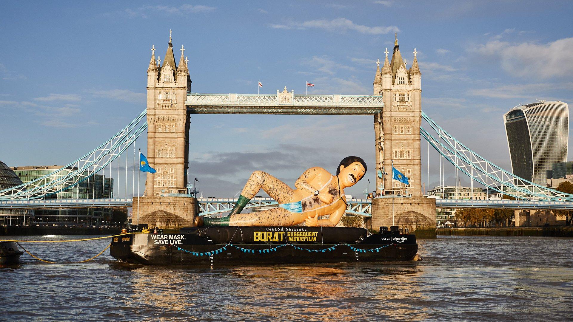 Надувной ипочти голый: огромный Борат проплыл порекам вЛондоне, Нью-Йорке иТоронто