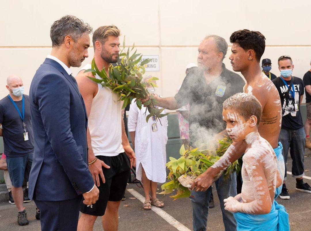 ВАвстралии начались съемки нового «Тора». Аборигены мило встретили Тайку Вайтити иКриса Хемсворта