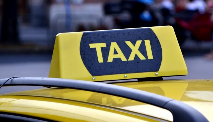 Блогеры ради пранка угнали такси премиум-класса. Их арестовали, возбуждено уголовное дело