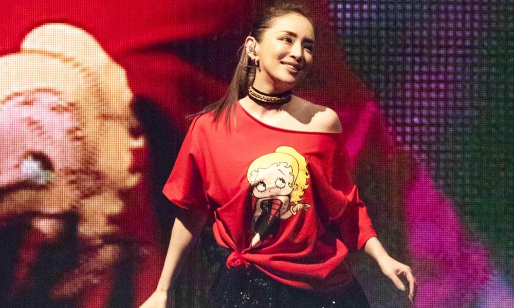 Японская певица Аюми Хамасаки дала  концерт в кофте с русским матом