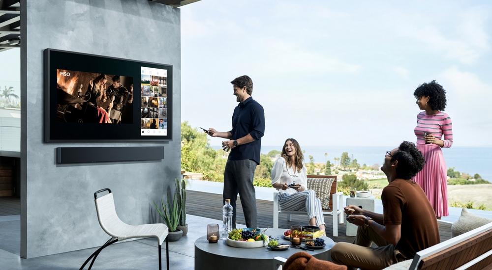 Водонепроницаемый 4К-телевизор для загородного дома Samsung Terrace TVстоит, как сама дача