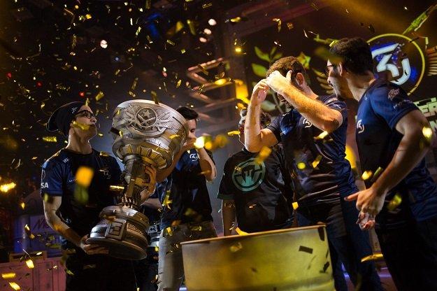 Служба безопасности не разрешила чемпионам EPICENTER увезти с собой кубок