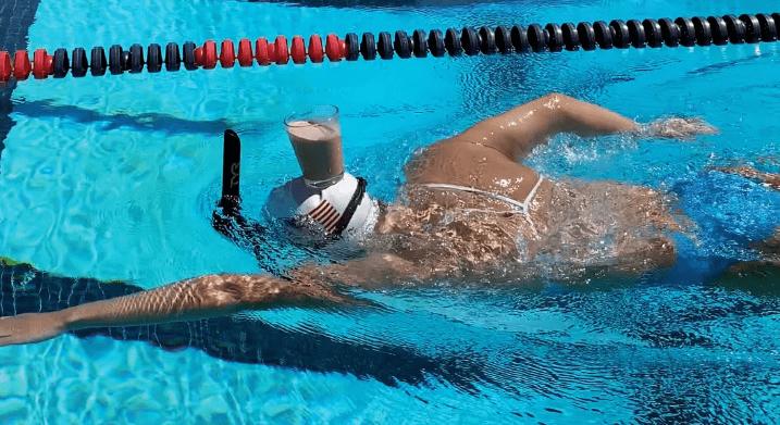 ВTikTok новый челлендж смолоком. Его запустила олимпийская чемпионка поплаванью
