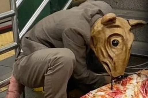 Человек вкостюме крысы бегает скуском пиццы вметро. Людям плевать