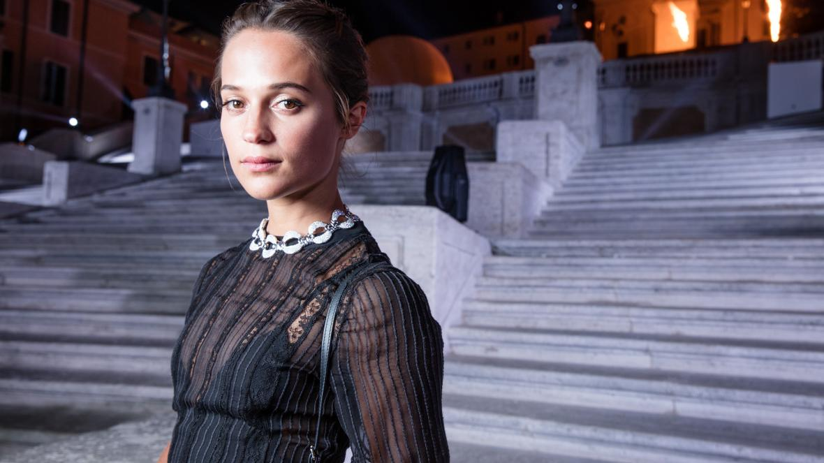 Алисия Викандер сыграет главную роль в ремейке детектива Альфреда Хичкока