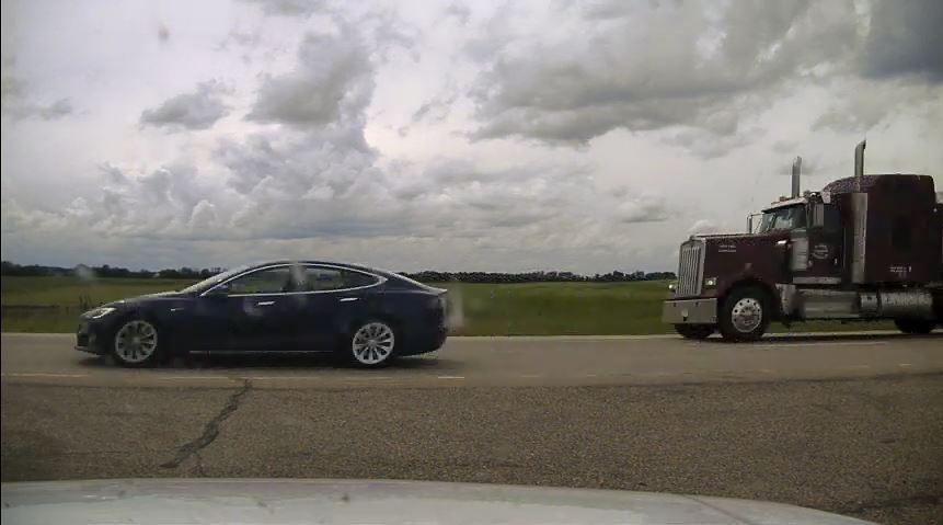 ВКанаде автопилот наTesla устроил погоню отполиции, пока водитель спал