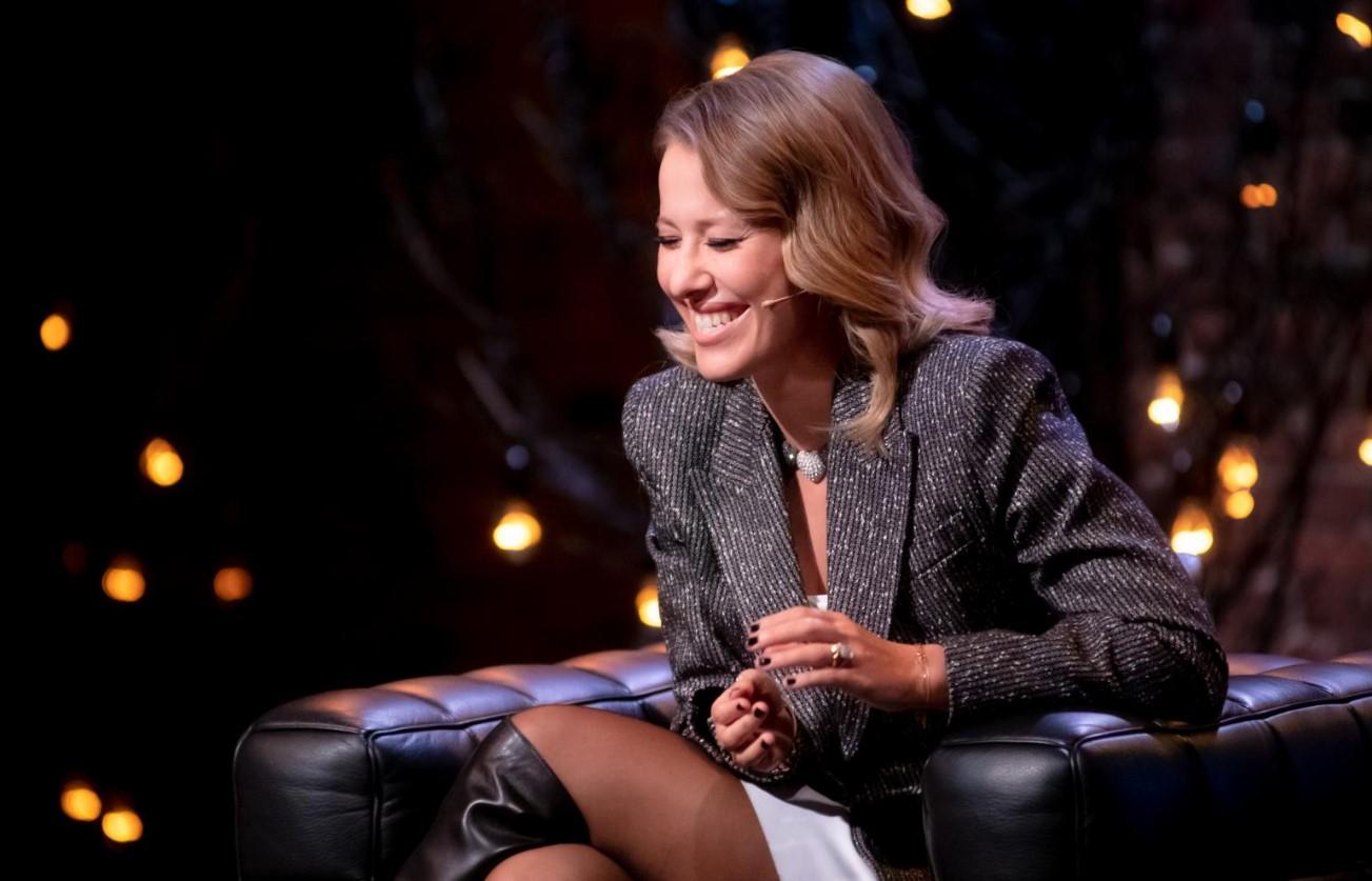 «Дам Шерон Стоун»: Ксения Собчак пришла на«Прожарку» ираздвинула ноги