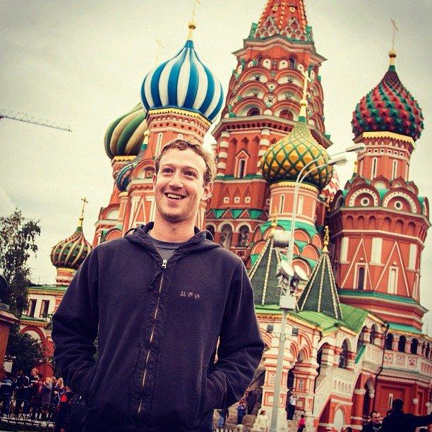 Основатель Facebook Марк Цукерберг, как настоящий турист, уже успел сфотографироваться на Красной прощади и зачекини .... - Изображение 1